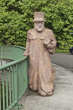 """Steinplastik """"Hermann von Schroeter"""", auch """"Brückenherr"""" genannt, an der Brücke in Weißthal nach Ringethal."""